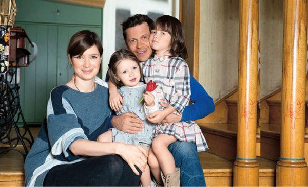 Павел Деревянко и Дарья Мясищева с дочками