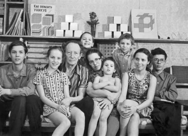Борис и Елена Никитины с детьми