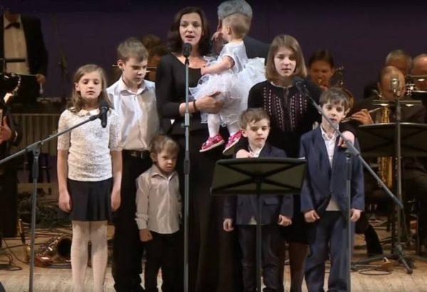 Ирина Леонова с детьми на сцене