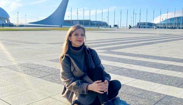 Лиза Арзамасова сидит