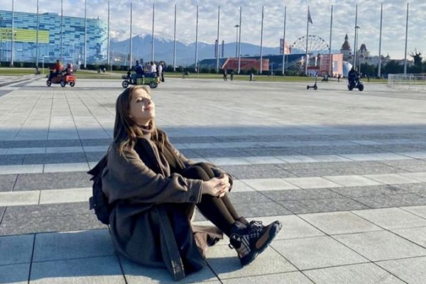 Лиза Арзамасова смотрит в небо