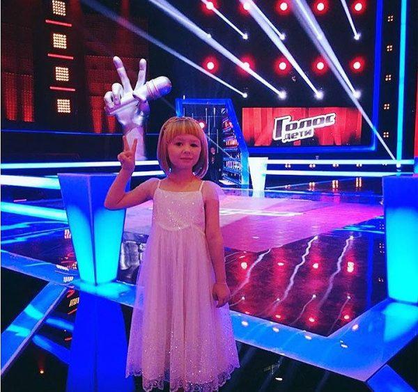 Ярослава в нарядном платье