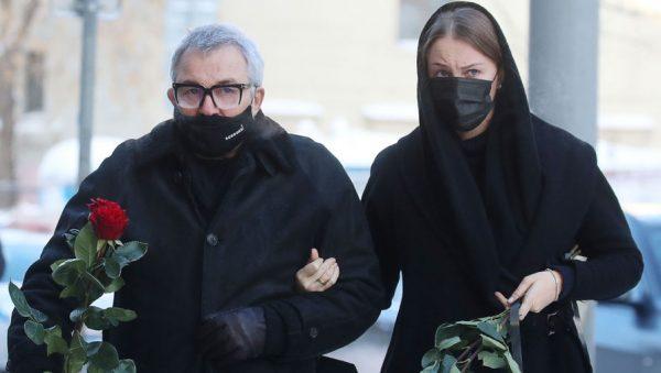 Дмитрий Дибров с молодой женой в масках