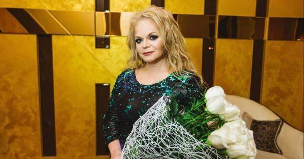 Лариса Долина с цветами