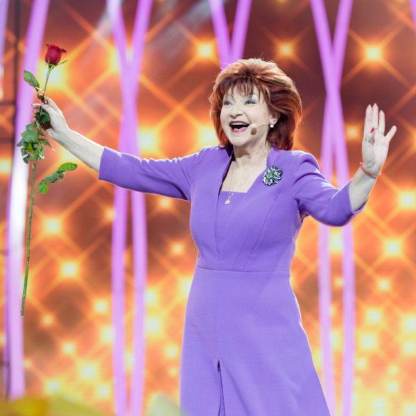 Елена Степаненко машет руками