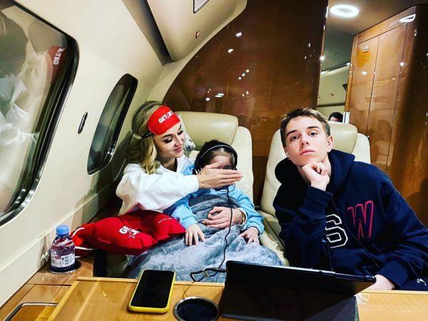 Полина Гагарина с детьми в самолете