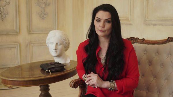 Алина Вердиш сидит в красном пиджаке