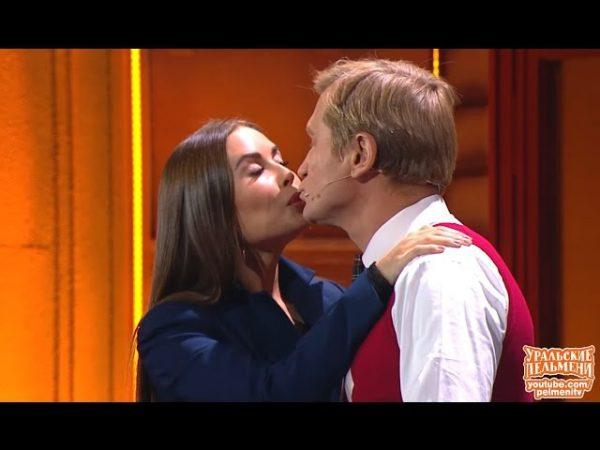 Андрей Рожков целуется с Юлией Михалковой