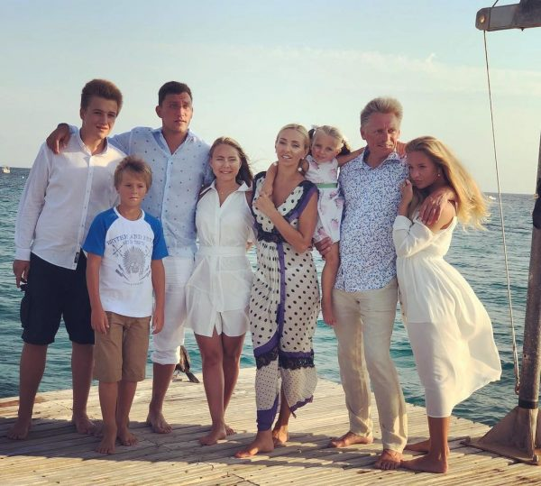Дмитрий Песков с семьёй