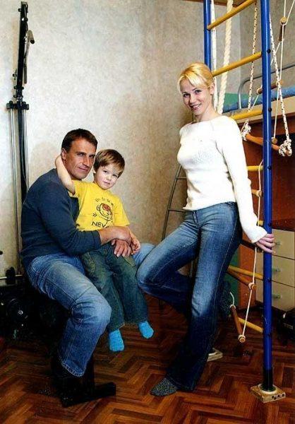 Александр Дедюшко с сыном и женой