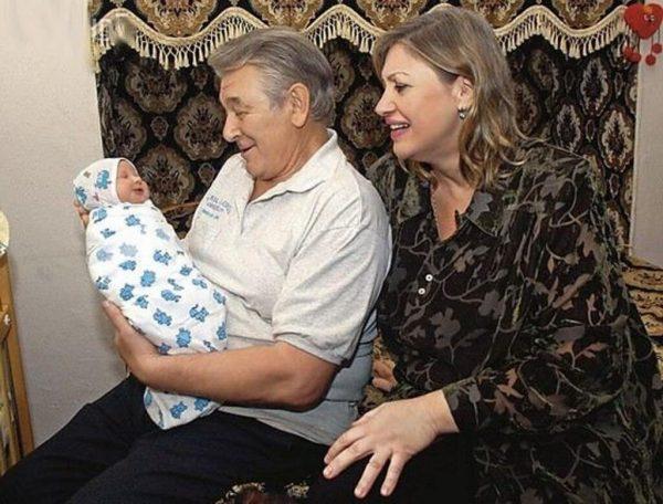Александр и Людмила Белявские с новорождённой дочерью