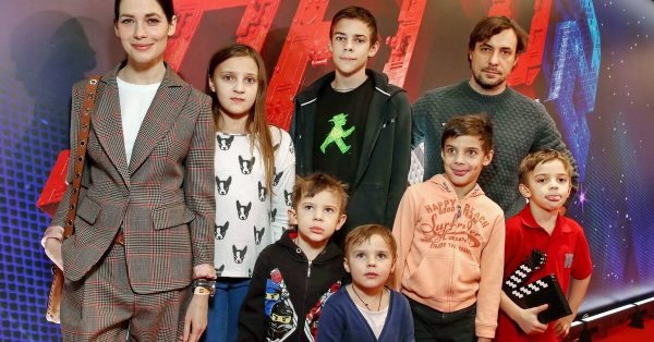 Евгений Цыганов и Юлия Снигирь с детьми