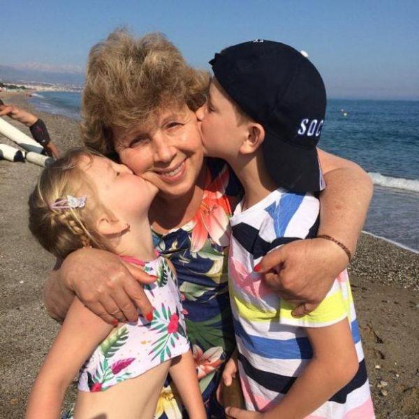 Лариса Рубальская с внуками