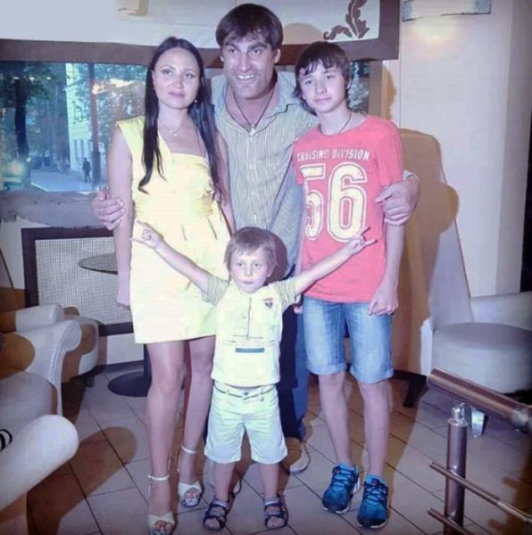 Алексей Дмитриев с семьёй
