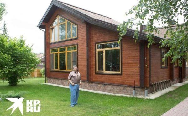Борис Грачевский рядом со своим домом