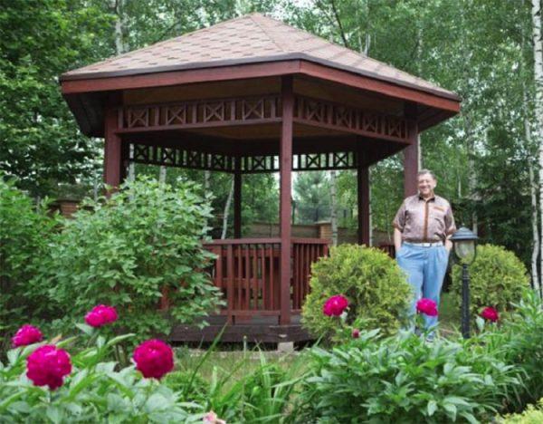 Борис Грачевский во дворе своего дома