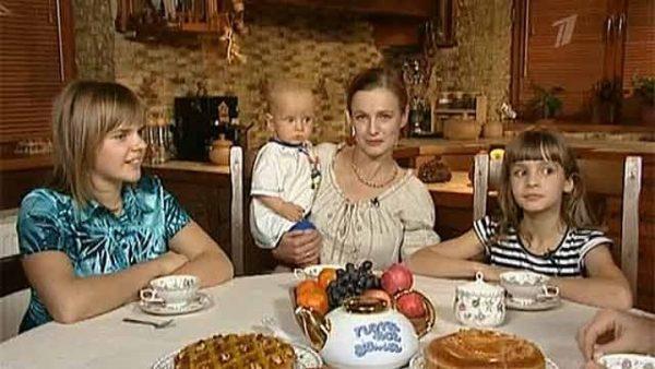 Семья Кизяковых в столовой дома