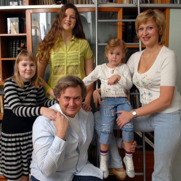 Юрий Стоянов с женой Еленой и дочками
