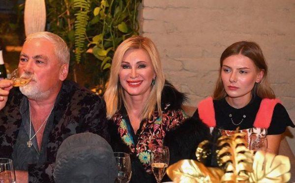 Вика Цыганова за праздничным столом с мужем и дочкой