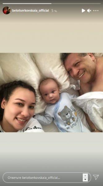 Супруга Грачевского опубликовала милое фото, где они позируют с Борисом Юрьевичем и 10-месячным сыном Филиппом