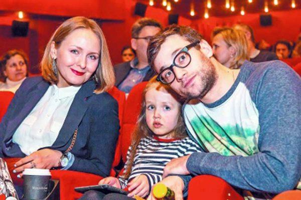 РОман Полянский с женой Дарьей Жулай и дочкой Машей