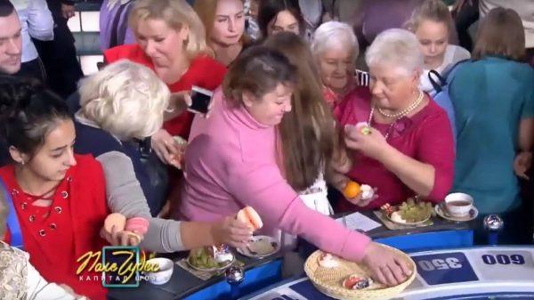 Зрители едят