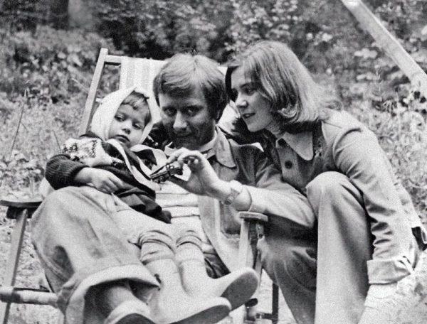 Андрей Миронов с приёмной дочкой и второй женой