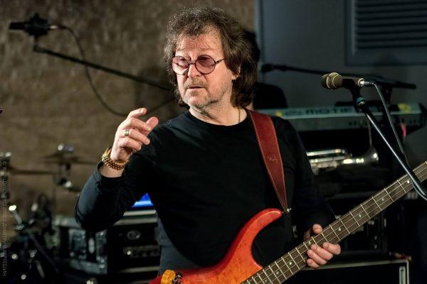 Александр Кутиков с гитарой
