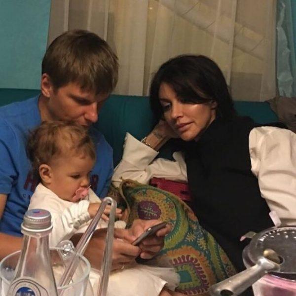 Андрей Аршавин и Алиса Казьмина с дочкой Есенией.