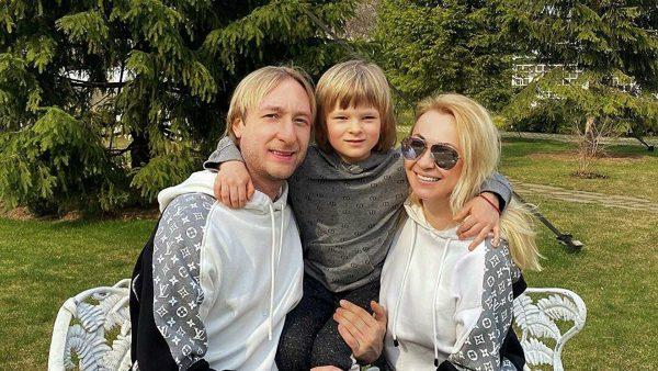 Яна Рудковская и Евгений Плющенко с сыном Сашей.