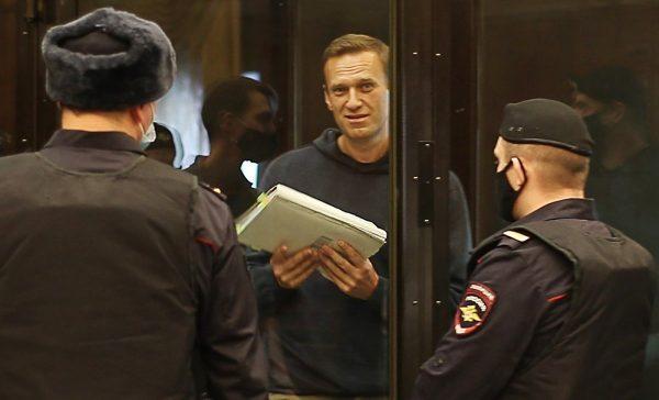 Алексея Навального приговорили к 3,5 года тюрьмы