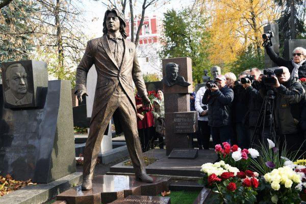 Памятник Дмитрию Хворостовскому