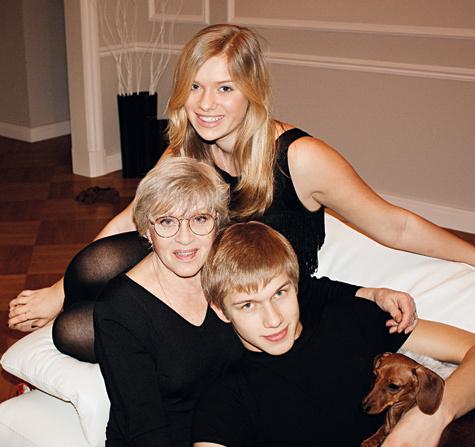 Алиса Фрейндлих с внуками