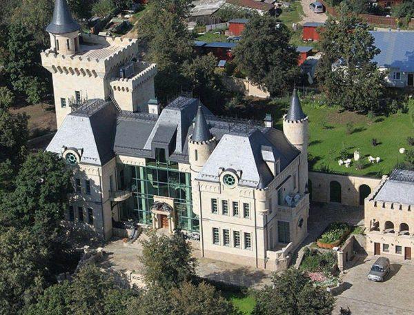Замок Пугачёвой и Галкина в деревне Грязь
