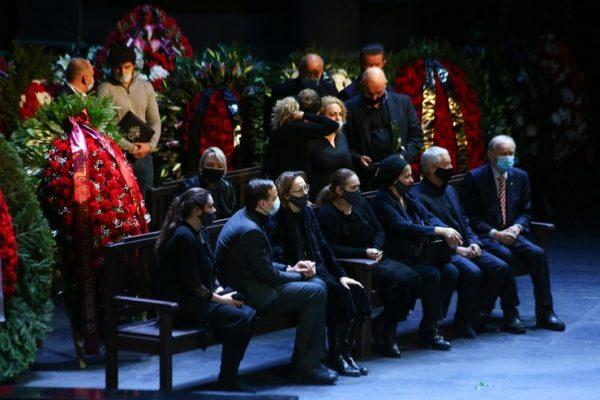 Возле гроба сидят вдова Ланового с сыном Александром