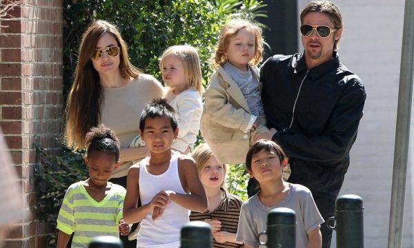 Брэд Питт и Анжелина Джоли с детьми