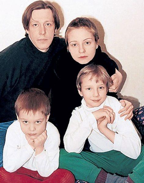 Михаил Ефремов и Евгения Добровольская с детьми