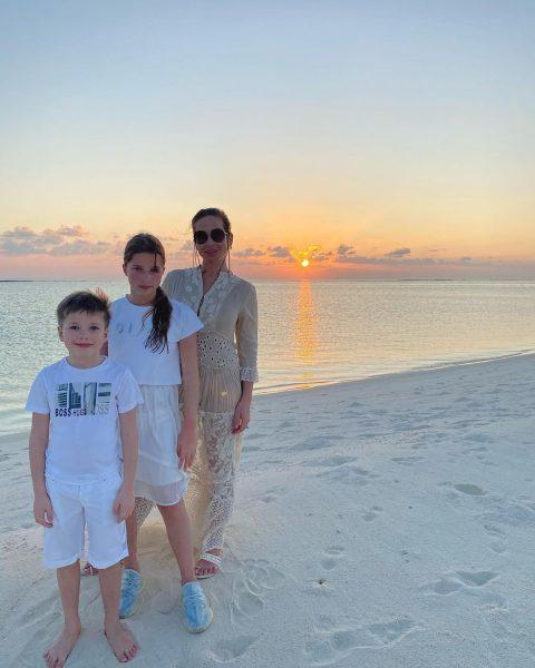Юлия Барановская с детьми на Мальдивах