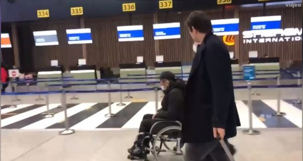 Бари Алибасов с сыном в аэропорту