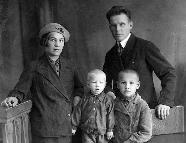 Борис Ельцин с родителями и младшим братом