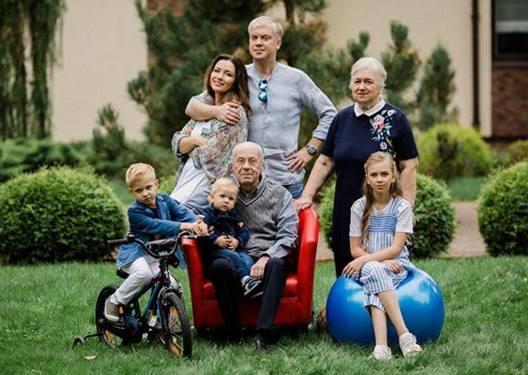 Сергей Светлаков с семьёй