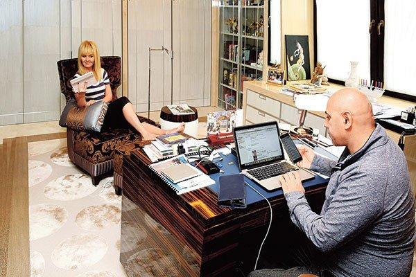 Валерия с мужем в домашней обстановке