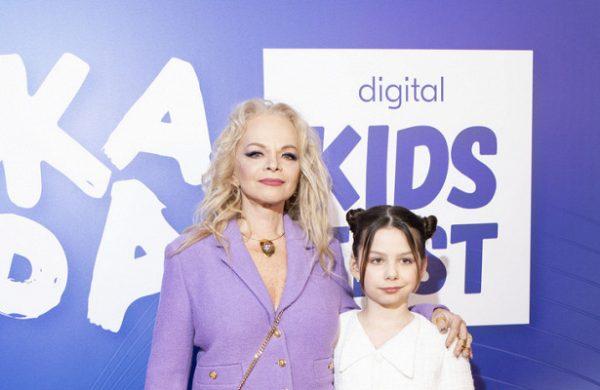 Лариса Долина с внучкой Сашей.