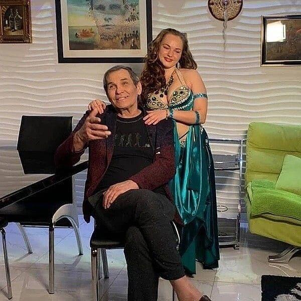 Бари Алибасов и его молодая беременная любоница