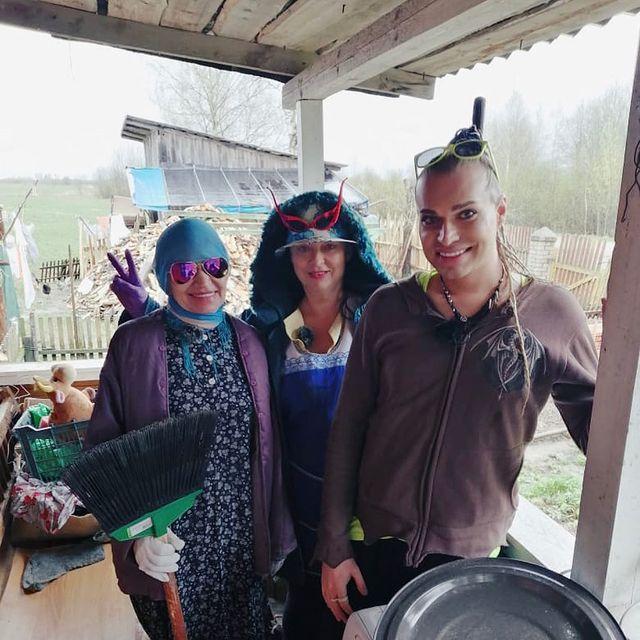 Гоген Солнцев с женой и домработницей на даче
