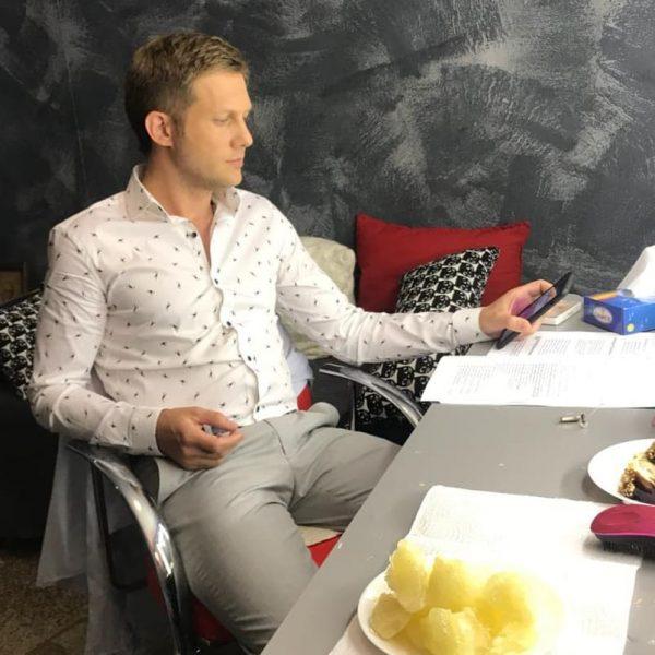 Борис Корчевников дома в своей комнате. yandex.ru