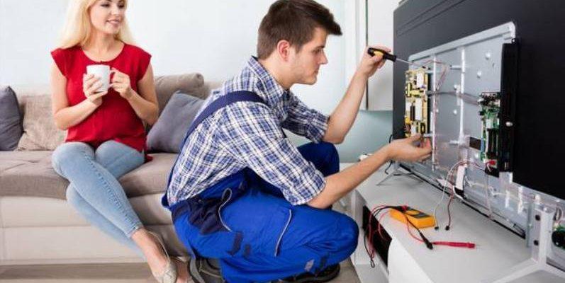 Мастер ремонтирует телевизор