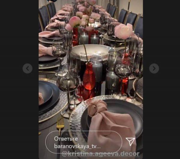 Оформление стола Юлии Барановской. Фото Инстаграм