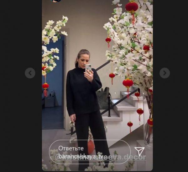 Юлия Барановская в украшенном интерьере