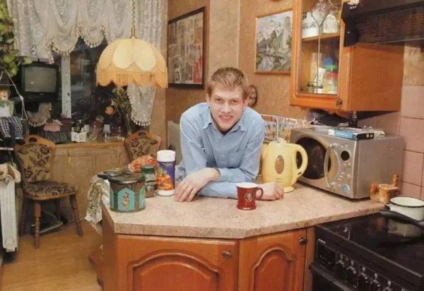 Борис Корчевников дома в гостиной. yandex.ru